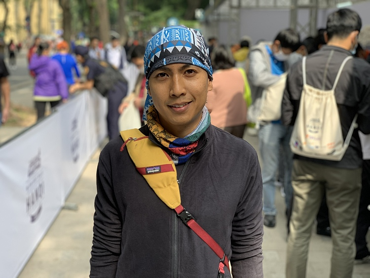 Dean Pham comes to receive his kit for VnExpress Marathon Hanoi Midnight. Photo by VnExpress/Hoang Nguyen.
