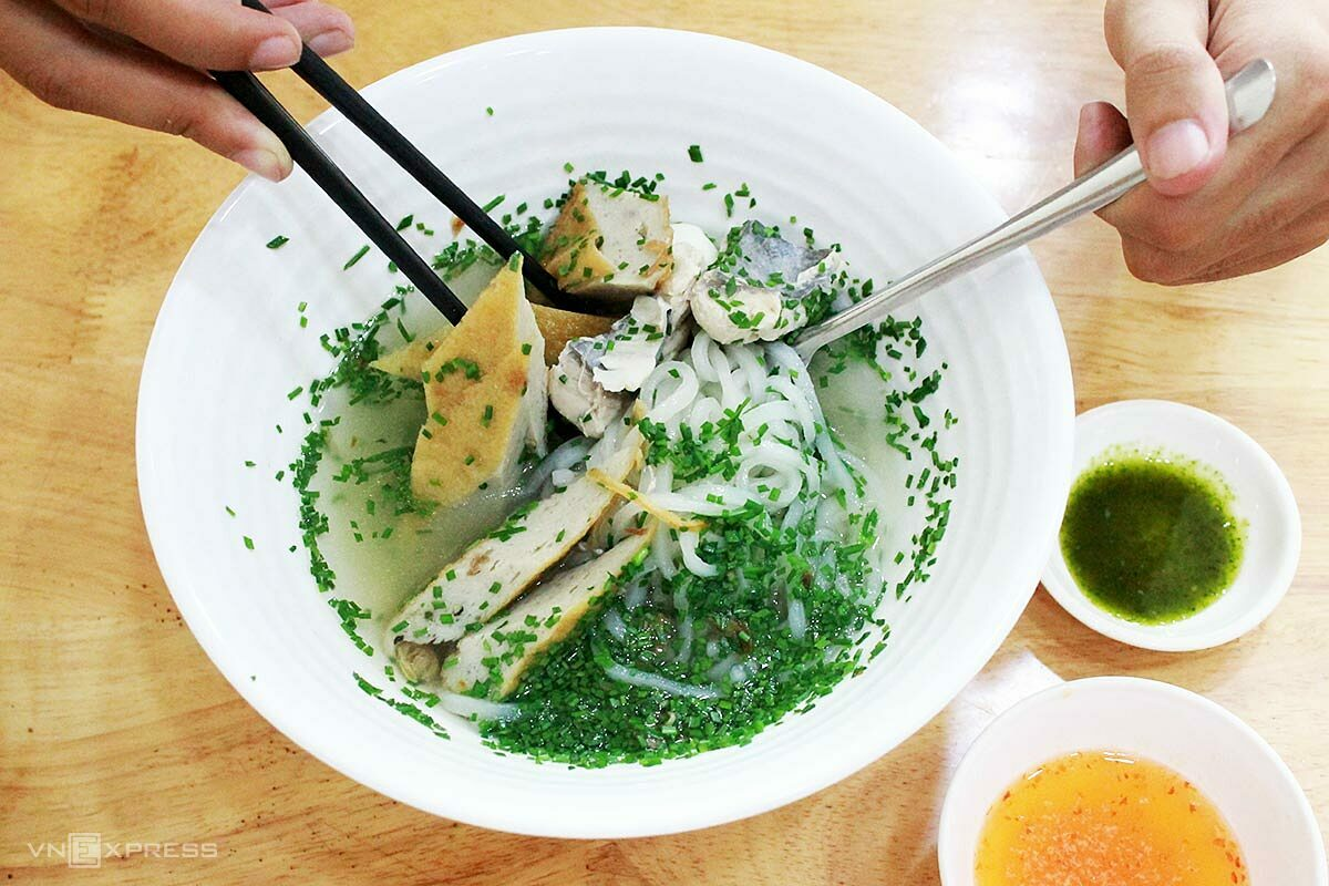Customers can request to have less chives in their bowl. Photo by VnExpress/Cao Ly.