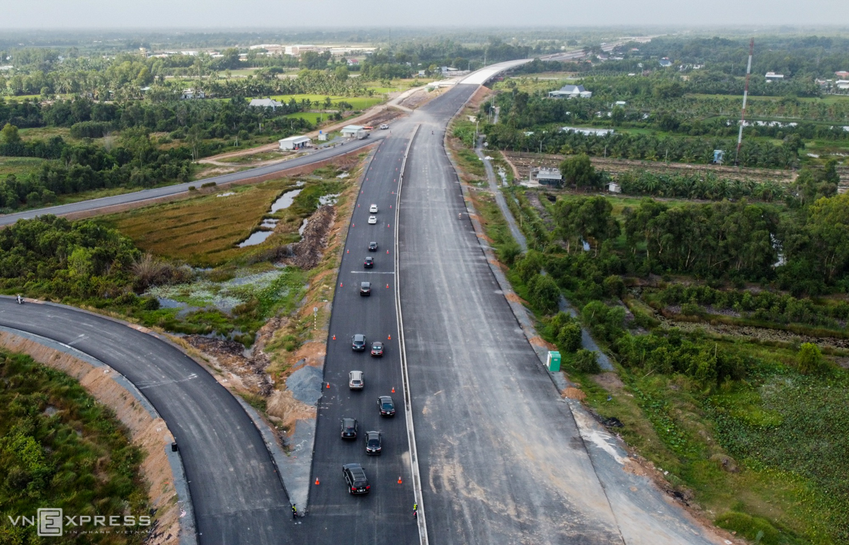 Cars make a trial run on the Trung Luong-My Thuan Expressway on January 4, 2021. Photo by VnExpress/Hoang Nam