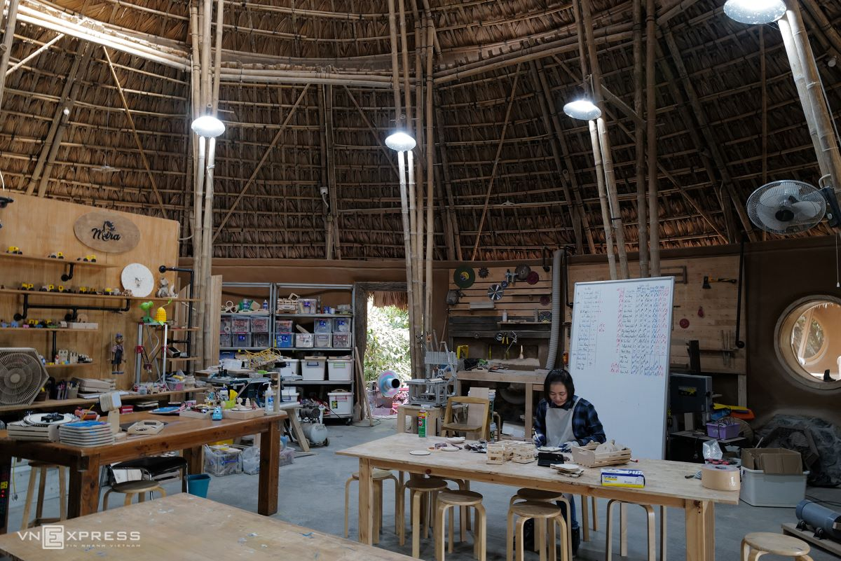 Inside the ateliers, with thatch roofs, bamboo pillars and clay walls, students can join the in-charge teachers to produce wooden objects like tables and chairs.  The atelier has many windows to utilise the natural light.
