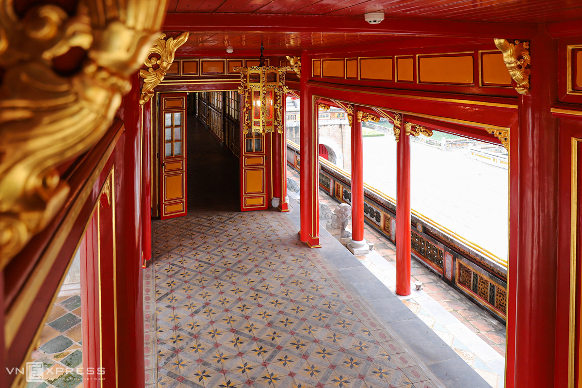 The doors and pillars are made of iron wood painted vermilion red paint and adorned with golden leaves.
