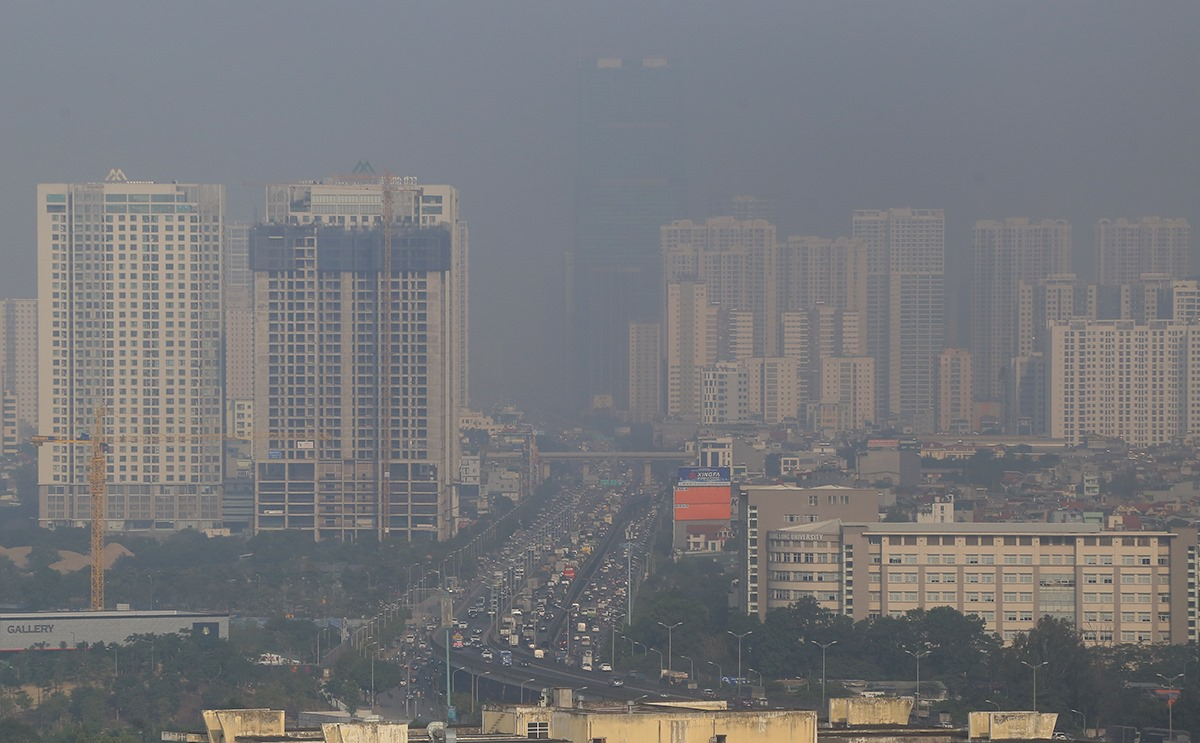 Air pollution as seen from a high-rise building in Thanh Xuan District, Hanoi, December 8, 2020. Photo by VnExpress/Ba Do