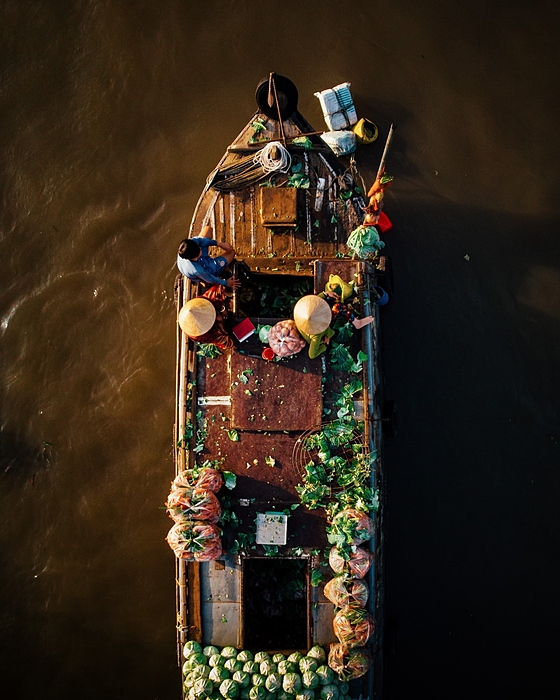 From the early morning, traders gather to buy fresh vegetables and fruit to resell elsewhere. The most crowded time is from 5:30 to 6:30 a.m. when many boats clog the waterway.