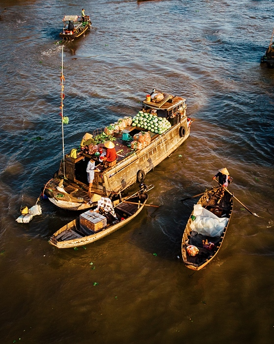 Tourists are often surprised to see traders transport fish sauce, dishwashing soap, stockings, gloves, fruits etc. all on one small boat, similar to a mini convenience store.