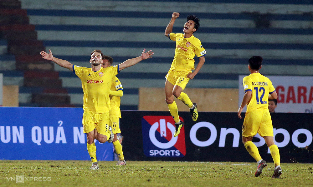 Gramoz Kurtaj and other players of Nam Dinh cheer after one of his goal for the club in a game against Hanoi on January 15, 2020. Photo by VnExpress/Lam Thoa