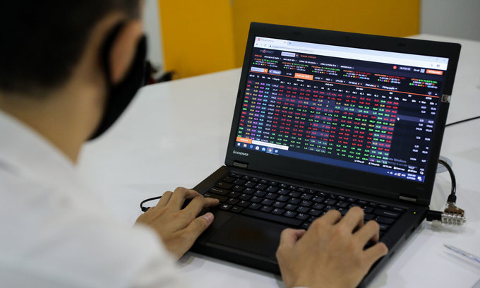VN-Index edges down in week's first session