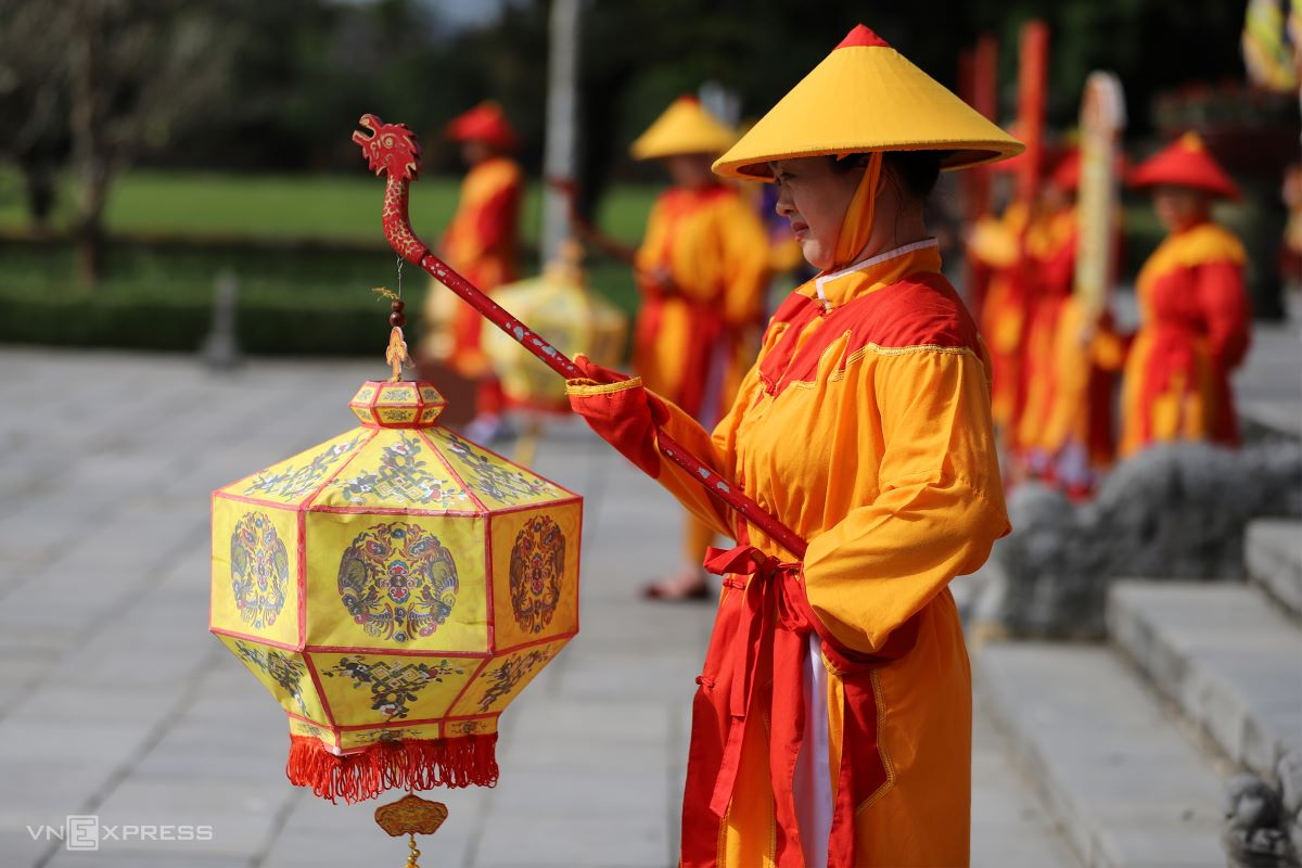 Early in the morning, imperial guards solemnly hold lanterns, waiting for the emperor going from Can Chanh Palace to Dai Cung Mon (Great Palace Gate) and ascend to Thai Hoa Palace for the Grand Audience Ceremony.