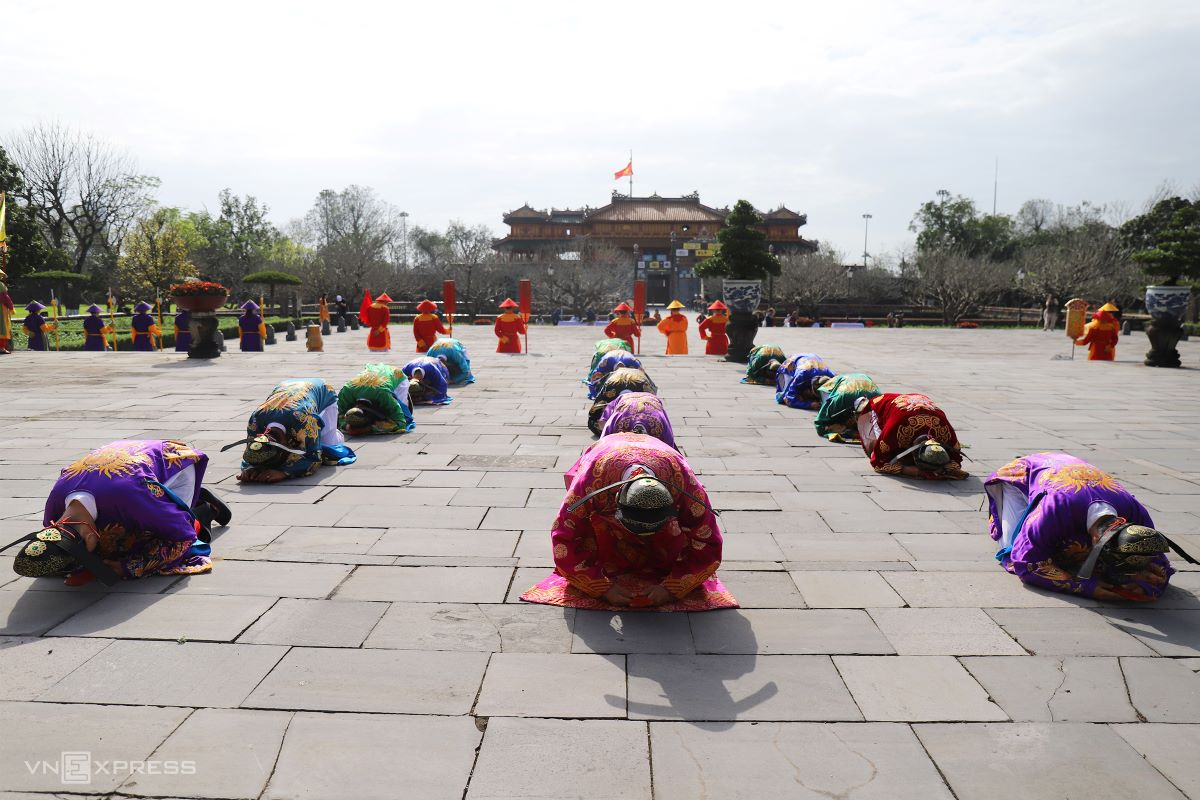 When the king ascends to the throne inside Thai Hoa Palace, an en masse prostration marks the rite opening in earnest.
