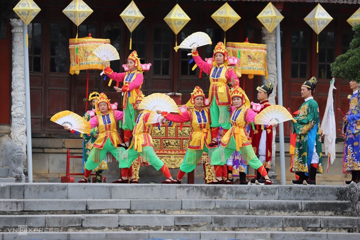 The event is followed by a banquet and performance as appointed by the king.