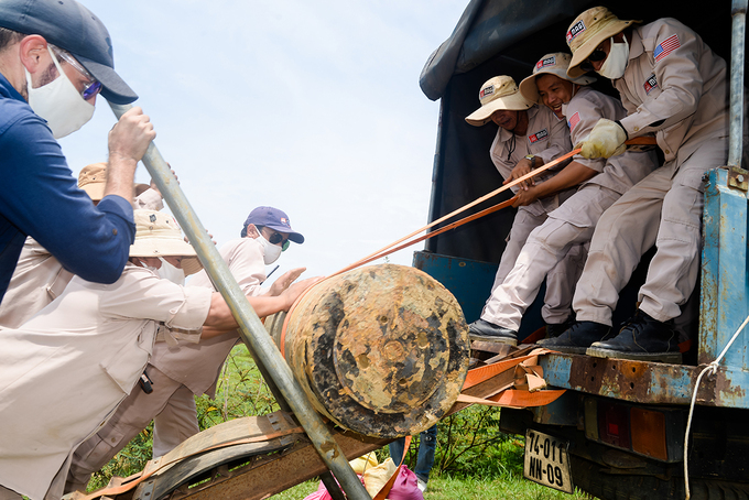 A team from Mines Advisory Group remove a Vietnam War bomb found in Quang Tri Province, central Vietnam, August 2020. Photo by Tran Van Minh.