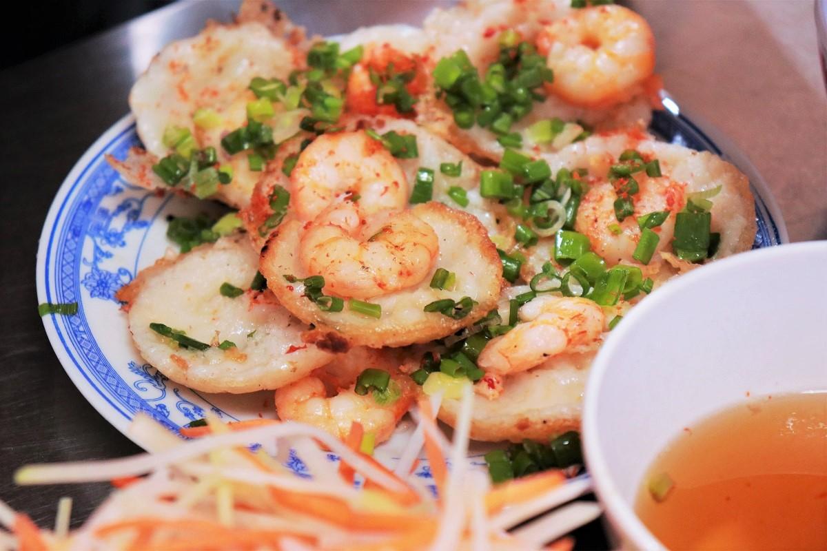 A plate of hot banh khot. Photo courtesy of Huynh Nhi.