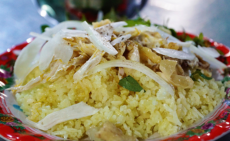 Hoi An chicken rice is known for its dry and broken texture. It's topped with shredded chicken and salad with onion, scallion, salt, lemon and coriander. Some old and famous chicken rice shops that have won the hearts of food lovers are Buoi's, Thuan's, Nga's and Lam's.