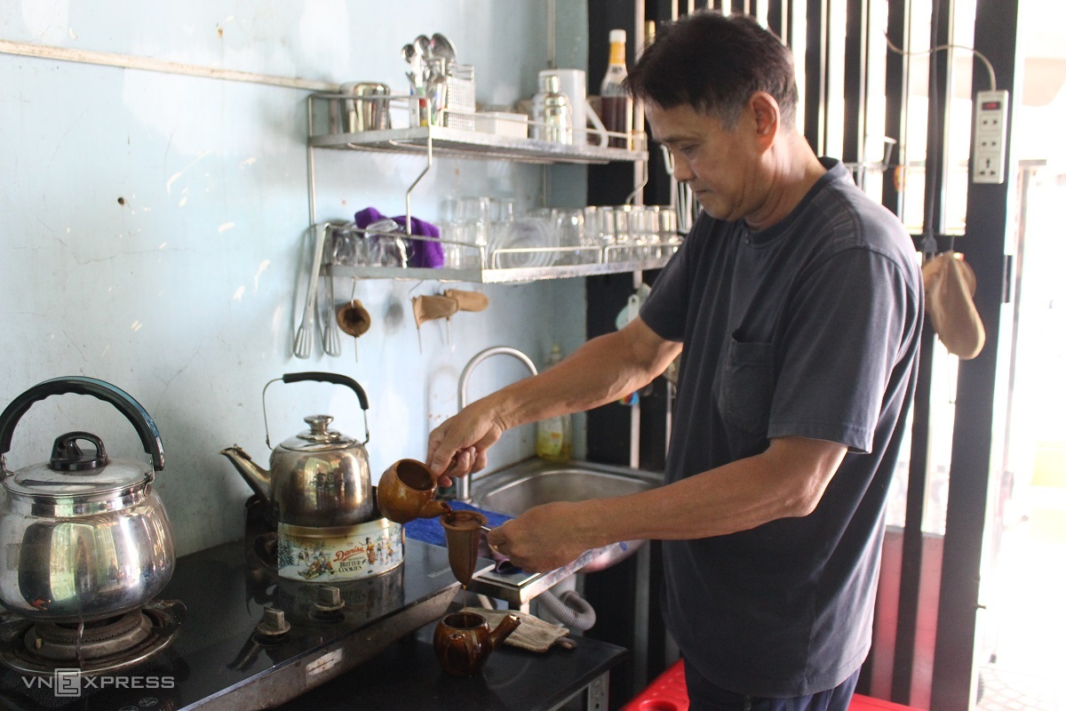 The owner uses two pots to make coffee for customers, but only serves from one. Photo by VnExpress/Huynh Nhi.