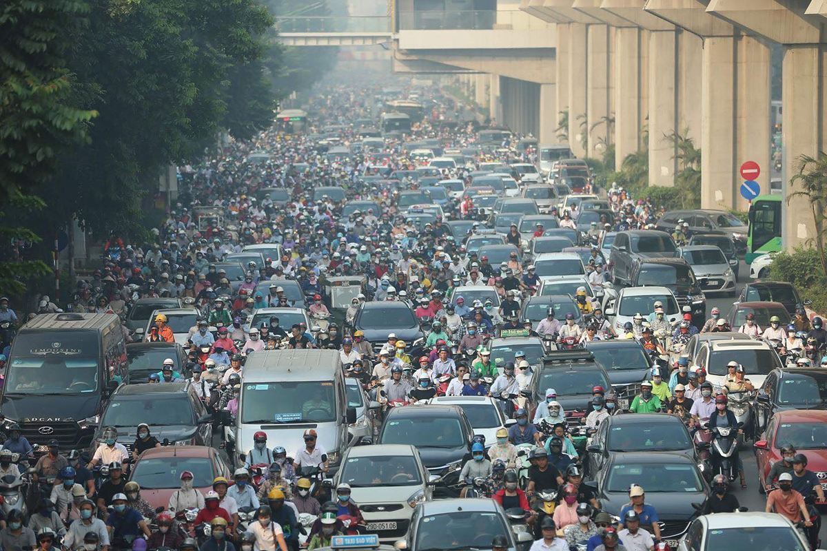 Vehicles on the Nguyen Trai Street in Hanoi is locked in a traffic jam, May 11, 2020. Photo by VnExpress/Ngoc Thanh.