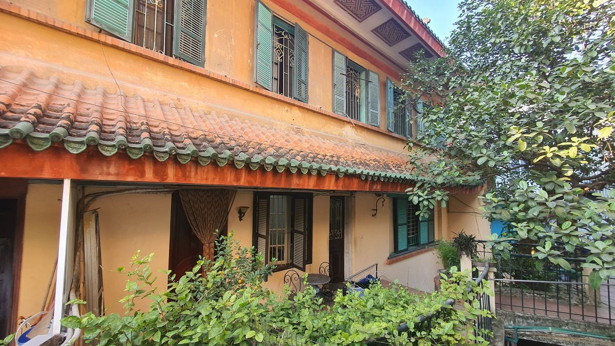 Passing through the hands of many owners, the building has been divided into apartments. However, the first, third and fourth floors are still well preserved. Today, the residence belongs to businessman Ho Hoang Hai.
