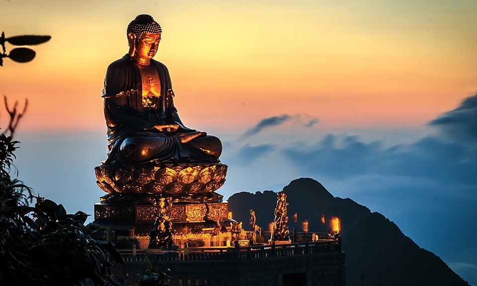 Bronze Buddha statue atop Mount Fansipan sets world record
