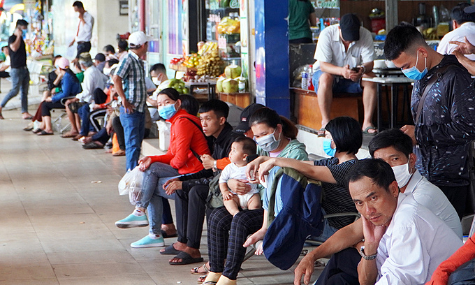 Some people do not wear masks at Saigons Mien Dong (Eastern Region) Bus Station, April 26, 2021. Photo by VnExpress/Gia Minh.