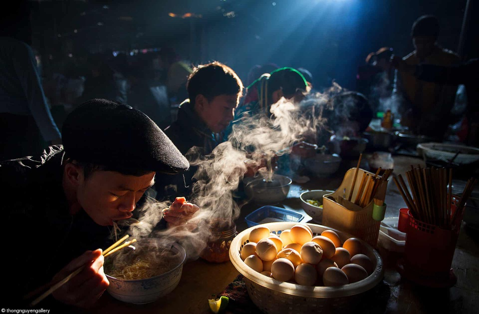 Nguyen Huu Thongs photo captures a breakfast scene at a rural market in Ha Giang Province.