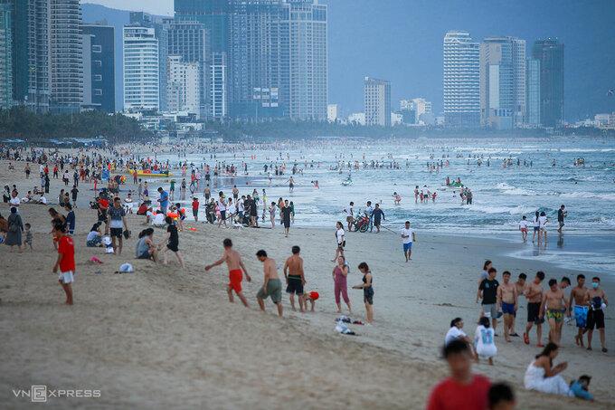 People flock to Da Nang beach April 29 2021. Photo by VnExpress/Nguyen Dong.
