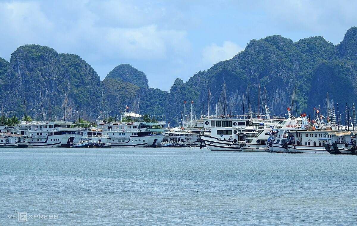 Without tourists, hundreds of cruise ships lay idle for a long time. Since its recognition as a UNESCO natural world heritage in 1994, Ha Long Bay has entrenched itself on the global tourism map, receiving raves from many travel bloggers and several foreign filmmakers for its emerald green waters and thousands of towering limestone islands topped by rainforests.