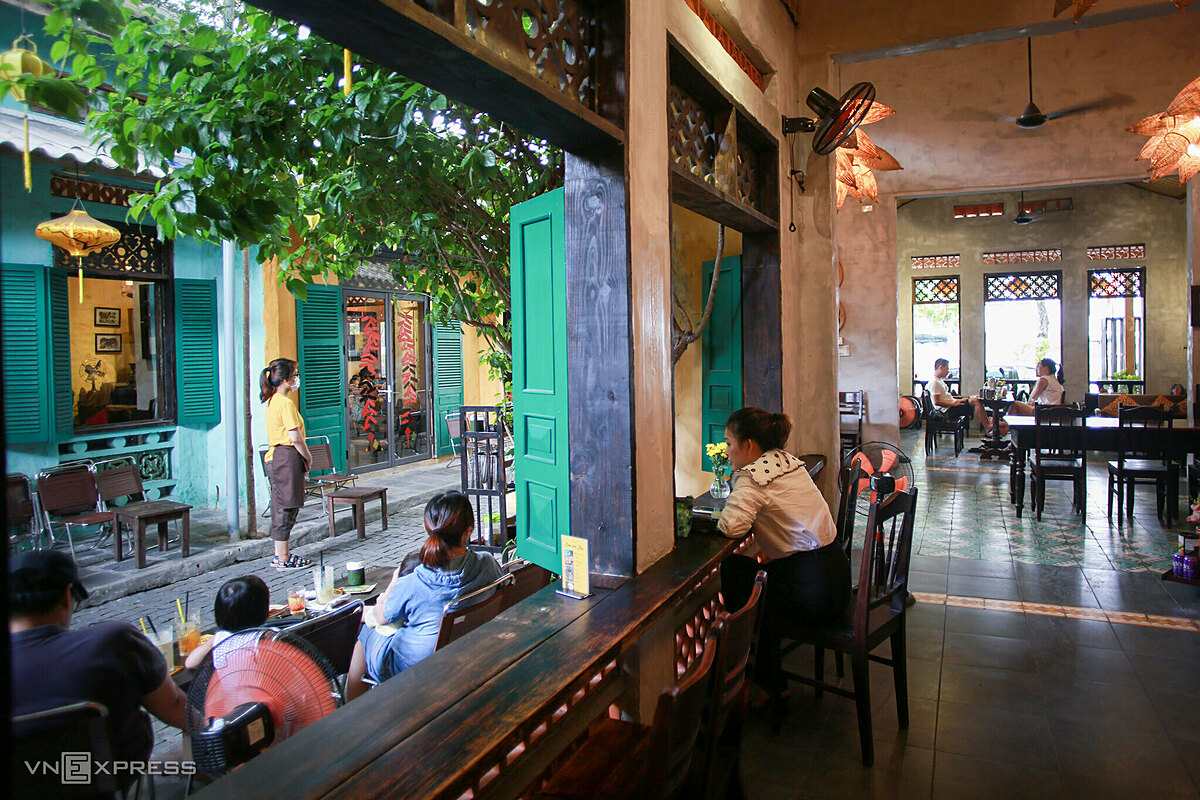 Locals sit apart each other at a coffee shop on Nguyen Thi Minh Khai Street in Hai Chau District.