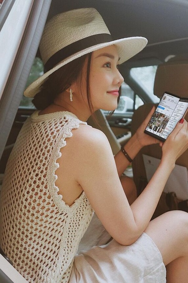 Model Thanh Hang chooses a knitted top while traveling, showing a little bit of skin without looking too risqué.