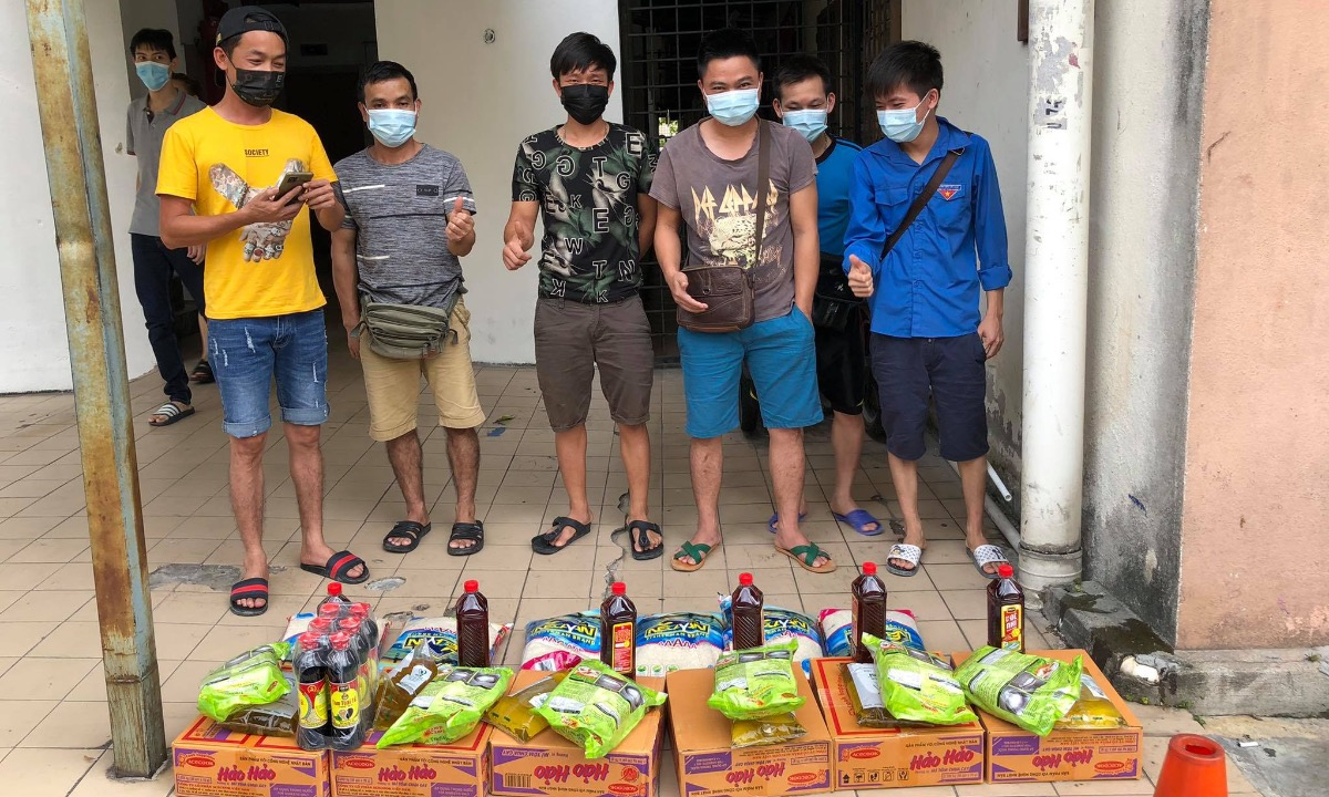 Vietnamese workers in Kuala Lumpur are given noodles, rice, and fish sauce by Ha Quoc Minh and his friends, May 2021. Photo courtesy of Ha Anh Minh.