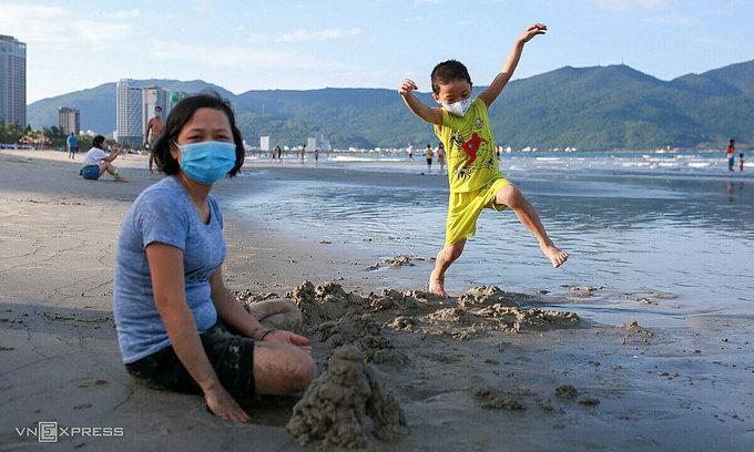 Da Nang shuts public beaches following new community transmissions