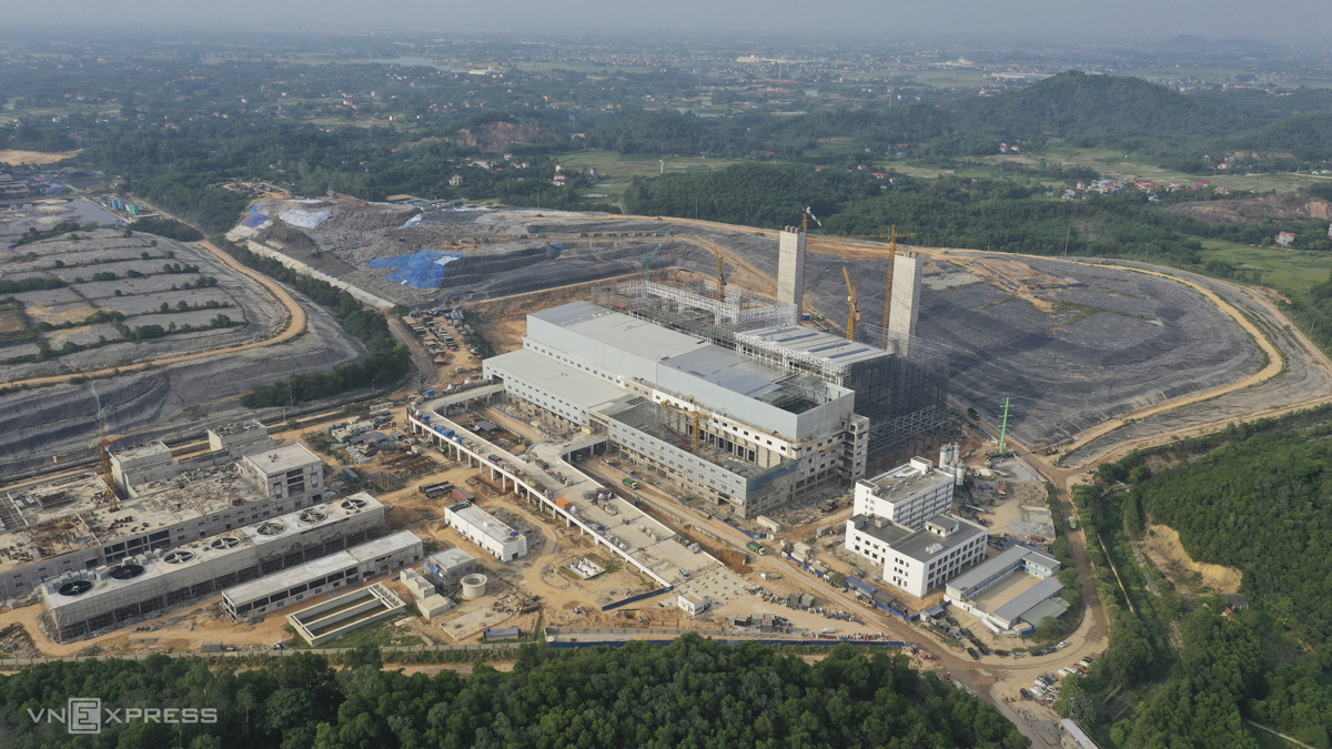 The Soc Son Waste-to-Energy (WTE) project is located in Nam Son Waste Treatment Complex and was approved by Hanoi's administration in late 2017 with a total investment of VND7 trillion ($303 million). Once complete, it will be the largest in Vietnam and the second largest in the world with a capacity of handling 4,000 tons of dry solid waste per day. The project's investor is Hanoi-based Thien Y Environmental Energy JSC and its contractor, Chinese Metallurgical Group Corporation General Contractor MCC (China). Currently, the biggest WTE project in the world is in Shenzhen, China with a capacity of 5,000 tons per day.