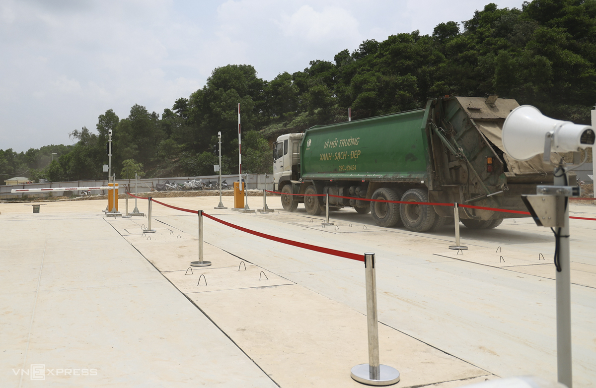 The entrance to the facility has five weighbridges. Once arriving, garbage trucks would stop to be weighed before entering the landfill. On May 28, the plant received its first garbage trucks passing through the weighing station, officially operating the first phase of receiving and treating garbage after 21 months of construction. For now, the project will continue to be adjusted in terms of technique. When in operation, it is expected to receive 450-500 garbage trucks daily.