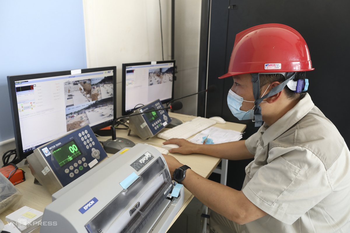 Staff monitor arriving garbage trucks. Each truck will be equipped with an electronic chip and an access card. The card carries information about the garbage receiving locality, driver, number plate, and transport unit.