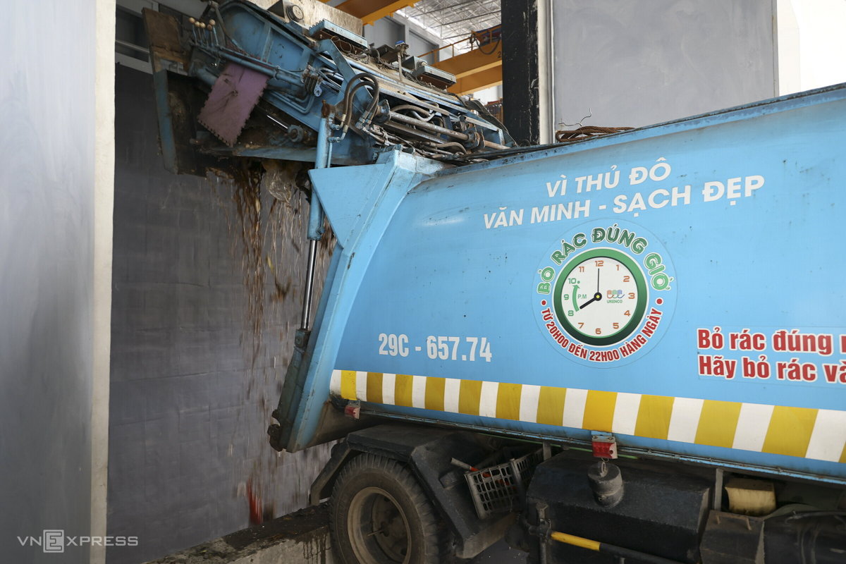 Hanoi is currently using ten types of garbage trucks of different sizes and loading capacities but as regulated by the WTE plant, each truck must go in, drop the garbage and go out within three minutes.