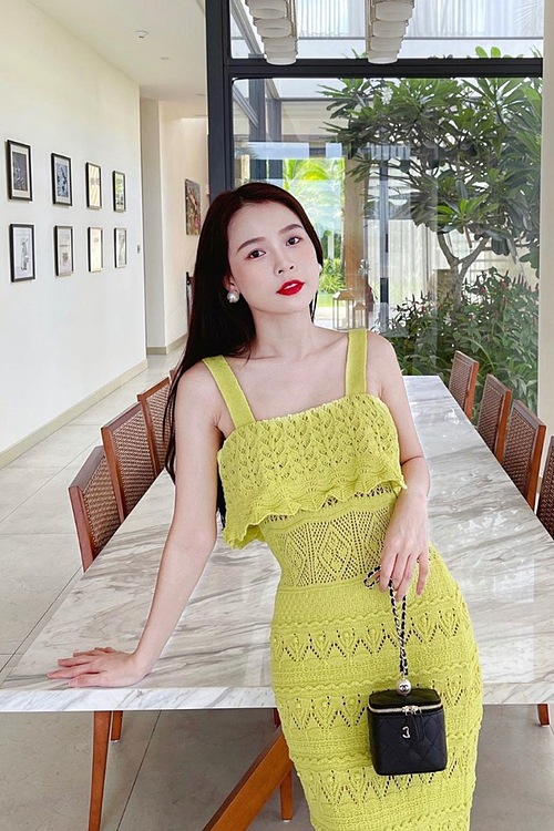 Actress Sam wears a yellow dress for her summer look. Yellow color is one of Pantones Color of the Year for 2021.