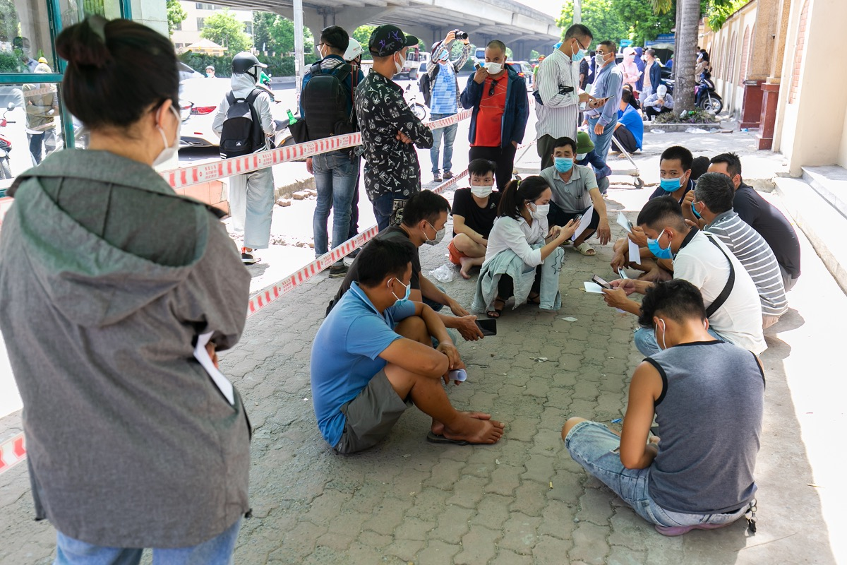 The entrance to the National Institute for Control of Vaccine and Biologicals in Hoang Mai District is packed with people awaiting their Covid-19 tests Wednesday afternoon. The institute stopped receiving samples in the morning, even though many still waited around until the afternoon.