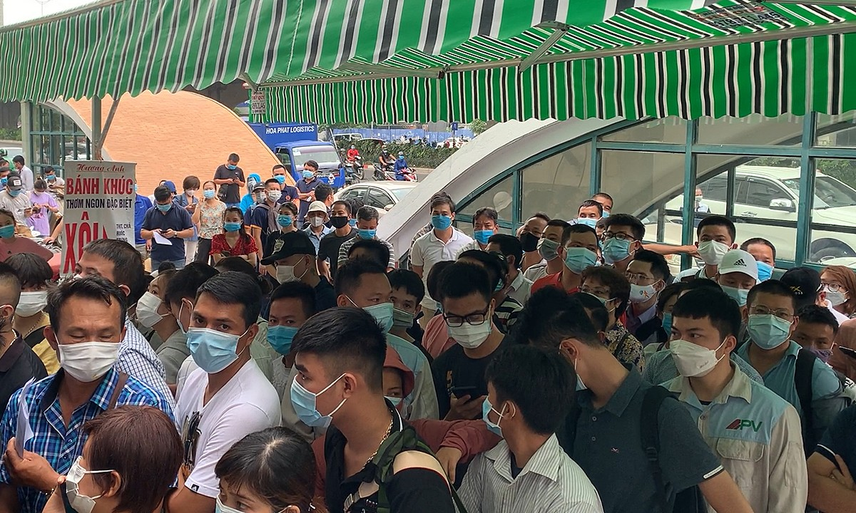 People gather in front of the institute for their coronavirus tests. Vietnam is currently facing its toughest coronavirus wave yet since late April, having recorded 67, 422 local cases. Hanoi has recorded 761 cases in the new wave.  The capital has requested people not to go out except for buying food, medication or other emergencies. Gatherings of more than five people are not allowed in public.