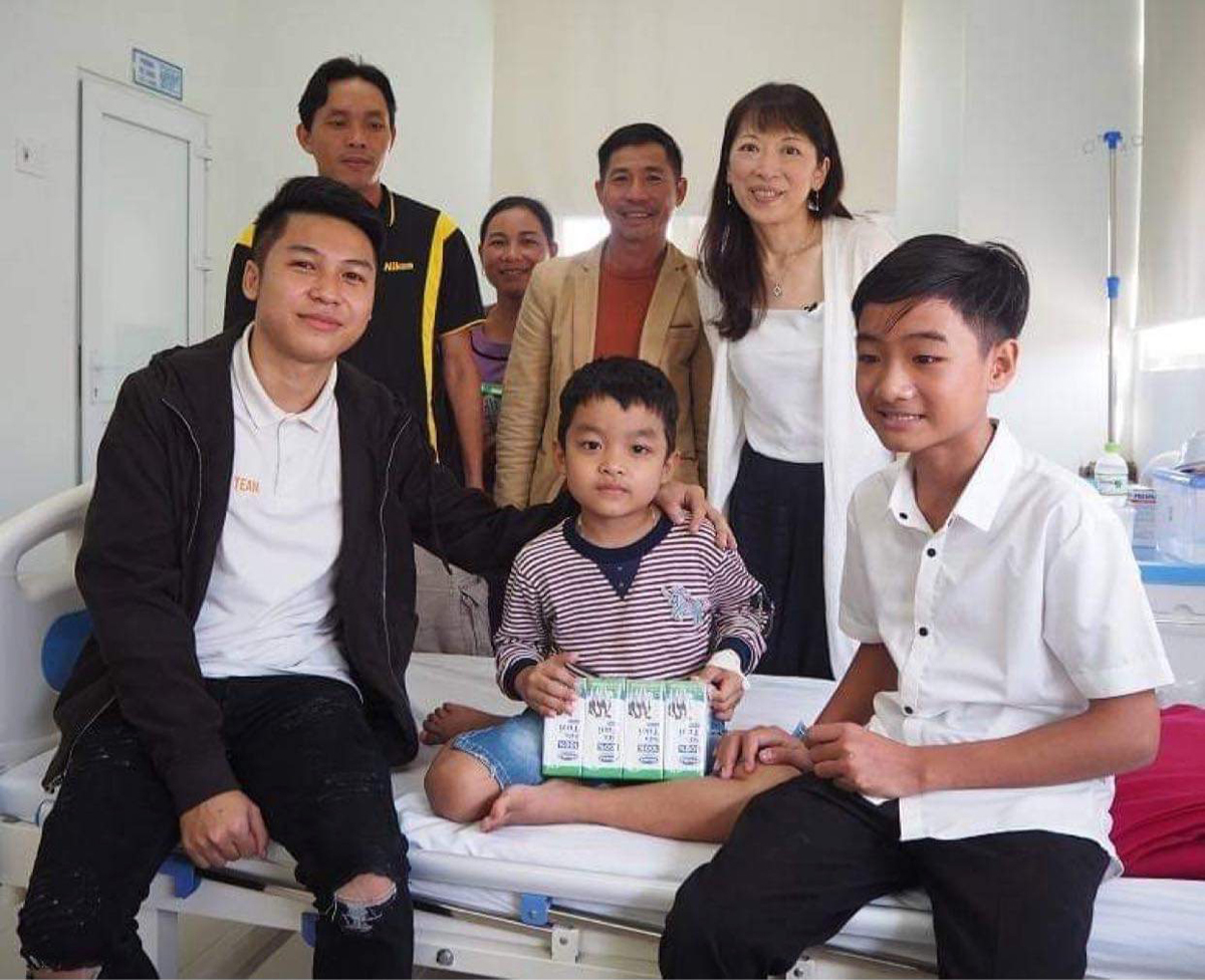 Nguyen Anh Tai (left front row) returns to the Hue Central Hospital to encourage children with cancer and meets his Japanese 'mother' in 2019. Photo courtesy of Tai.