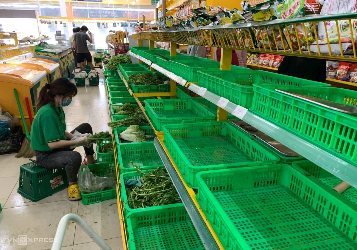 Empty shelves at a Bach Hoa Xanh store in HCMC's Thu Duc City on July 14, 2021. Photo by VnExpress/Quynh Tran