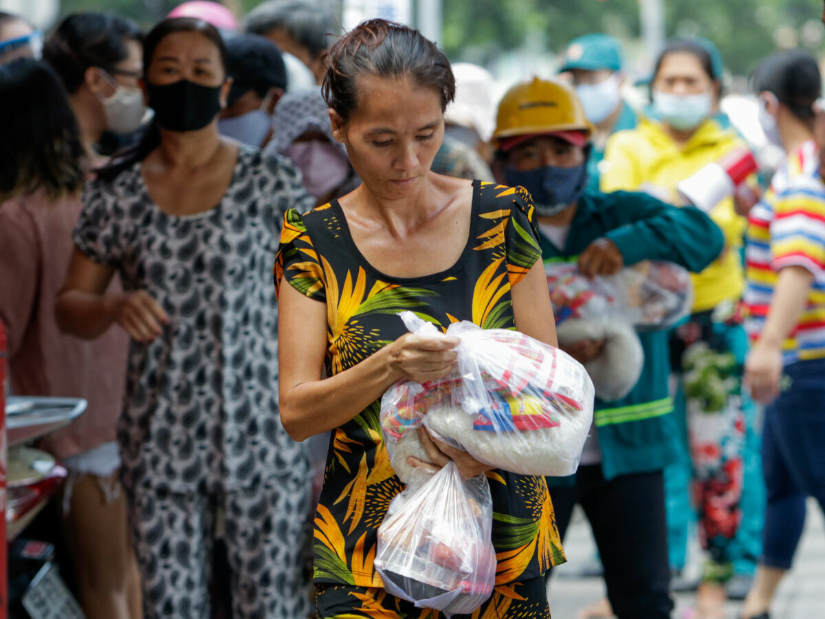 Informal workers receive donated food including instant noodles in District 1, HCMC, April 2, 2020. Photo by VnExpress/Nguyet Nhi