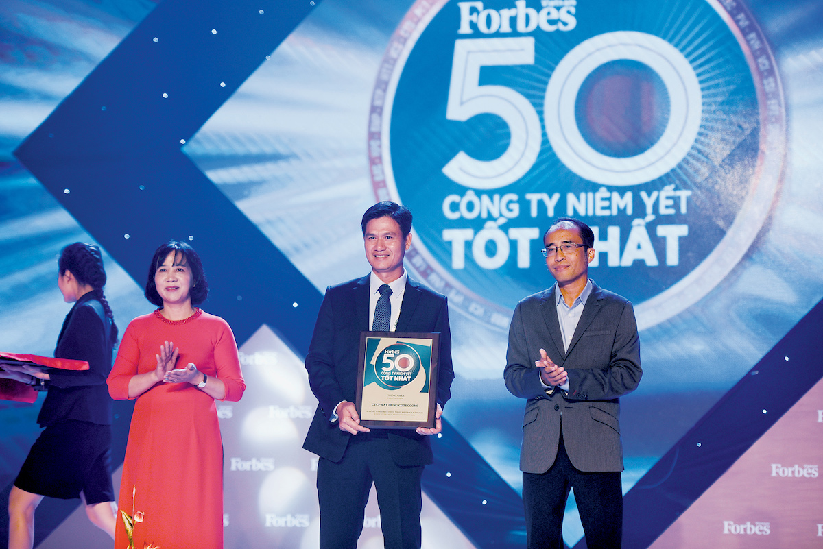 Coteccons recieved Top 50 best-listed companies Vietnam award ranked by Forbes Vietnam. Photo by: Coteccons