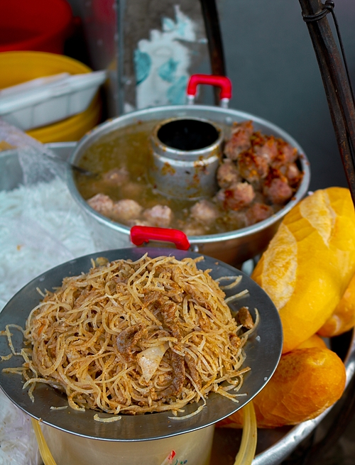 The protein component of the dish is a mix of lean pork sliced into thin strips, shredded pig skin (bi) and thinh, a fragrant powder made of toasted golden rice.