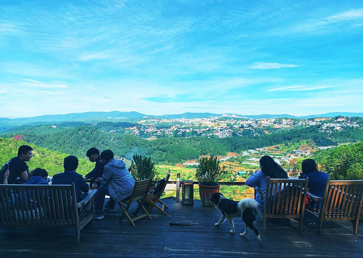 Around six kilometers from Xuan Huong Lake in downtown Da Lat, Chenh Dalat cafe is located on Da Chien Hill and a favorite among tourists thanks to its eco-friendly materials and peaceful landscape.