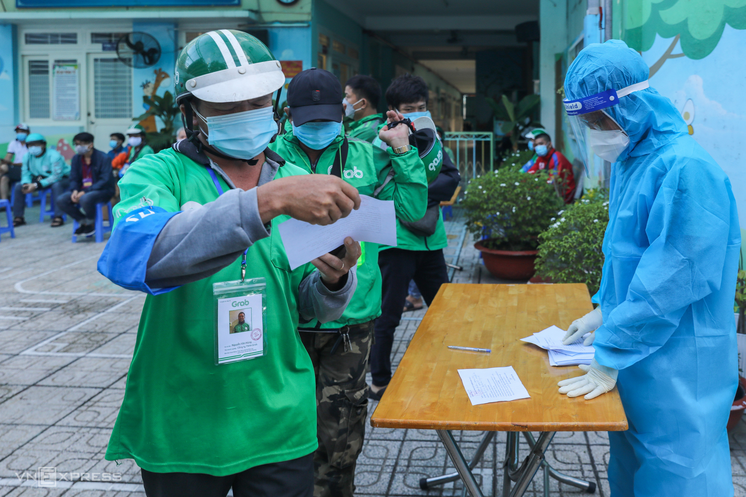 Early hours, long lines for HCMC shippers taking Covid tests