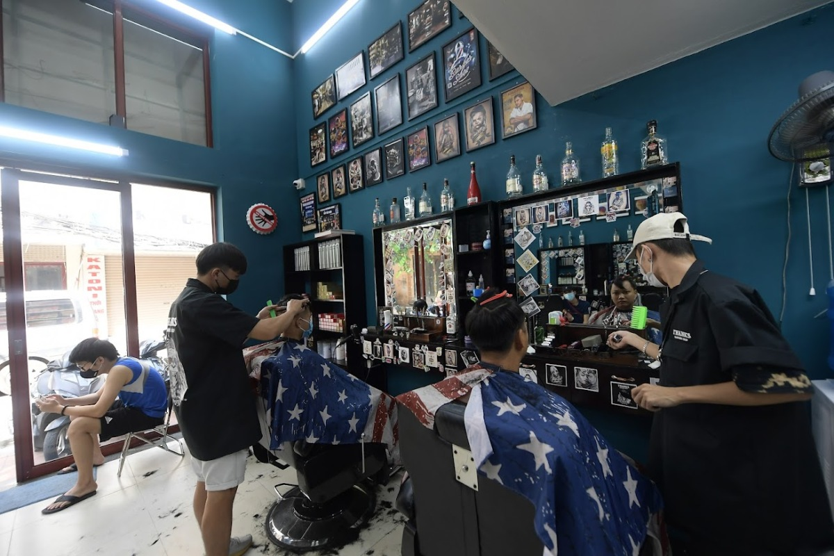 A barber shop in Bui Xuong Trach Street in Thanh Xuan District welcomes its first patrons at around 9 a.m. on Tuesday. With only two barbers, many people wait hours to have their hair cut.