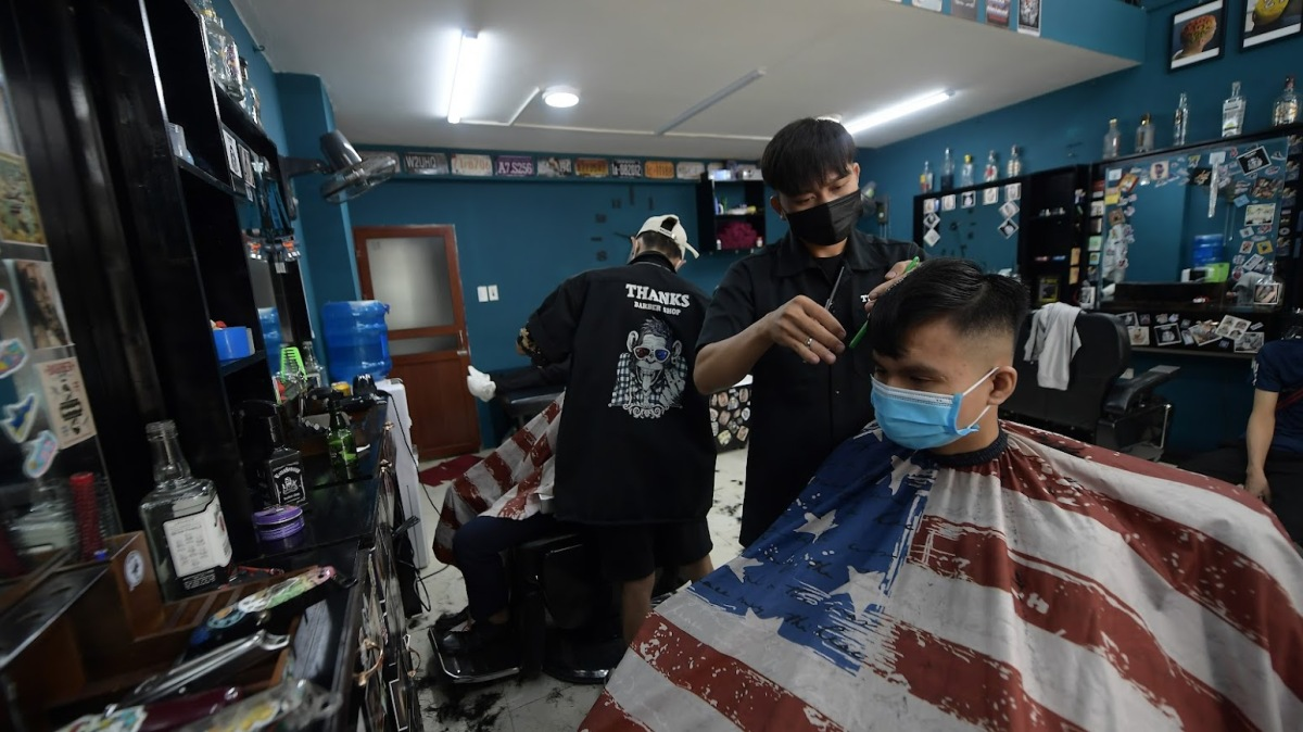 After knowing that the shop would be reopened, many people had texted and called to make reservations, said Duy, the owner. His shop, having five barbers, served nearly 30 customers in the morning.