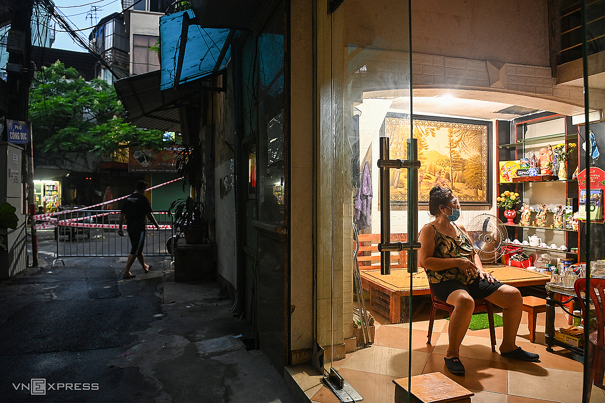 A Hanoi woman living on Cong Duc Street stays at home complying with Covid restrictions, August 2021. Photo by VnExpress/Giang Huy