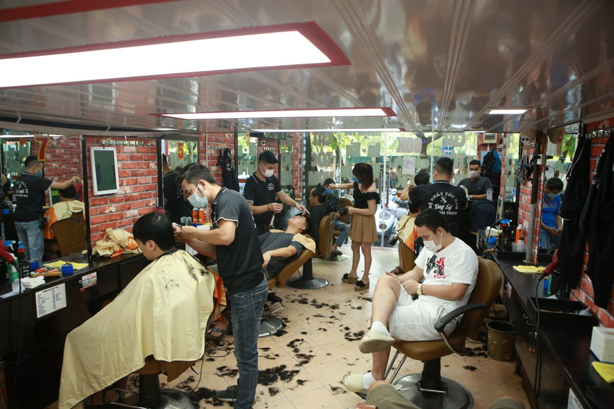 Another barbershop in Dong Da District is filled with barbers and clients in the afternoon.Dai, the owner, says he is surprised at the surging number of patrons on his reopening day. We have had nearly 100 customers since the morning, every one wants to have a new look before going back to work, Dai says, adding around 50 people have made reservations for the following day.