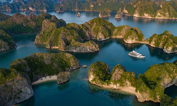 A cruise ship on Lan Ha Bay in Cat Ba Island in Hai Phong City. Photo courtesy of Scarlet Pearl.