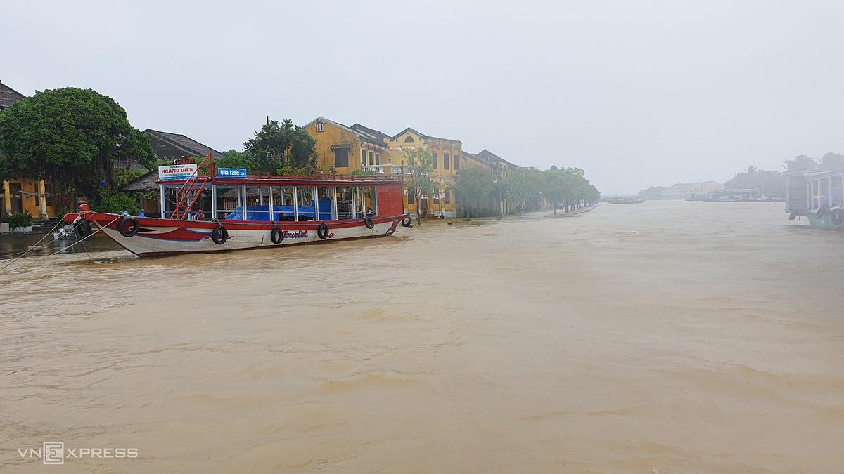 Torrential rains trigger flooding, disrupt life in central Vietnam